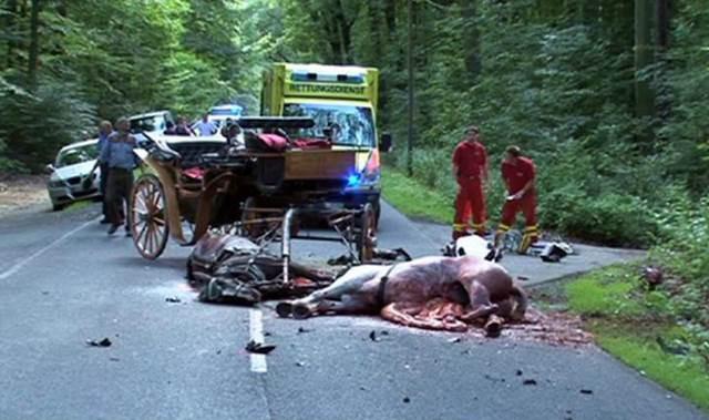 Horror Crash Motorrad rast gegen Kutsche