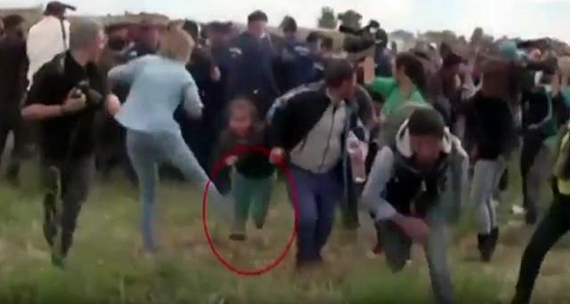 ungarische-kamerafrau-stellt-refugees-flüchtlingen-Kind-ein-Bein