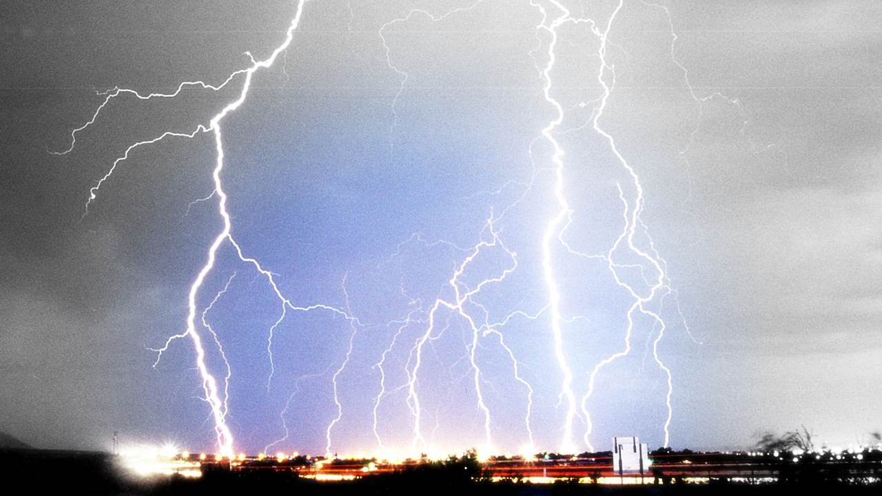 Blitze Donner und Blitzeinschläge - Heftige Unwetter in Zeitlupe