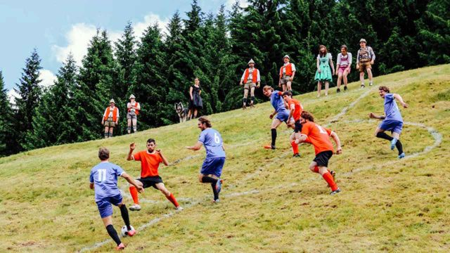 Extrem Sport Alpin Soccer Steilhangfußball in den Alpen Extreme Alpine Soccer may be the toughest sport in the world.