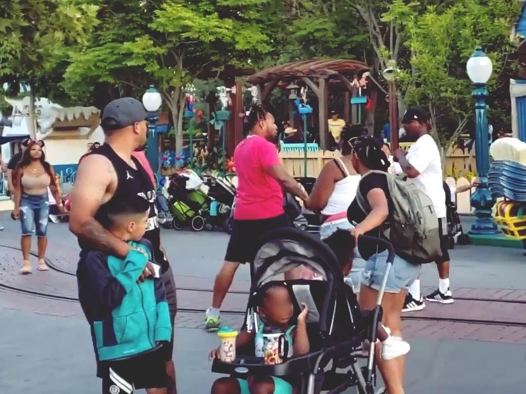 Familie prügelt sich in Disneyland. Einige der Rabauken im Bild.