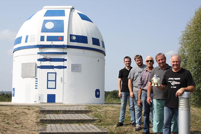Gruppenfoto mit Hubert Zitt vor dem R2D2 Observatorium Zweibrücken