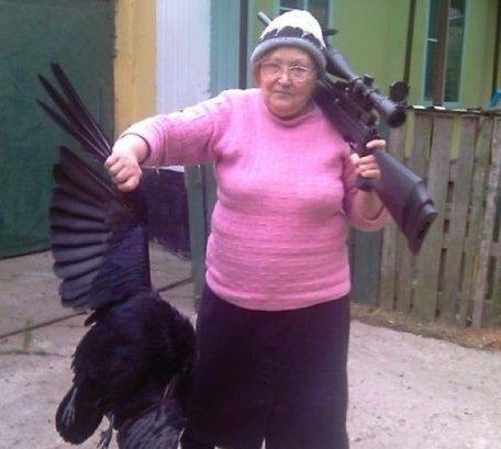 lte-frau-mit-gewehr-und-vogel-brutale-oma