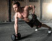 muskulöser Sportler beim Kurzhanteltraining Brust Trizeps Split Workout für zu Hause - Kurzhantel Training