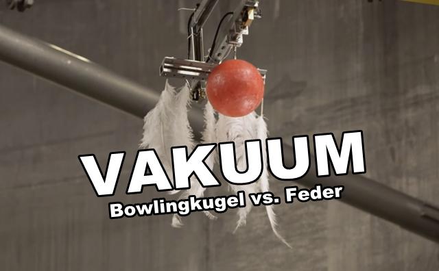 Bowlingkugel Vs. Feder Fallen in einem Vakuum
