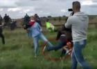 ungarische-kamerafrau-stellt-refugees-flüchtlingen-ein-bein