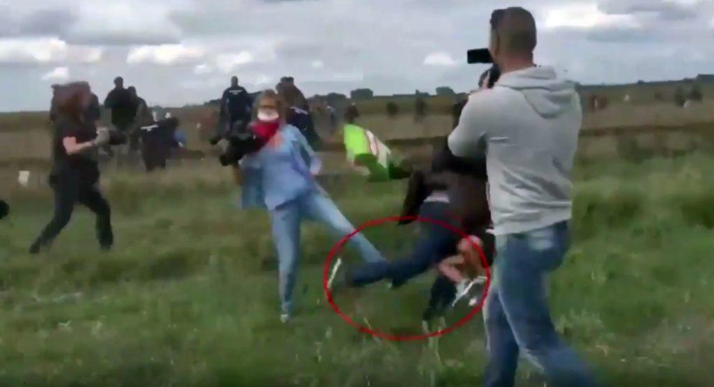 Ungarische Kamerafrau stellt Flüchtlingen ein Bein
