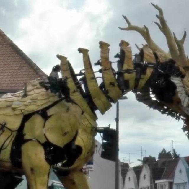 riesiger drache läuft durch die stadt huge giant dragon passes through the city transformers dinobot 2