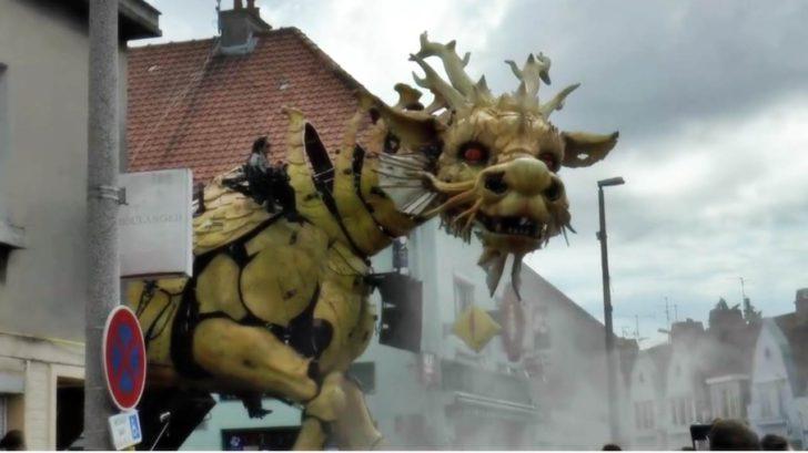 riesiger drache läuft durch die stadt huge giant dragon passes through the city transformers dinobot