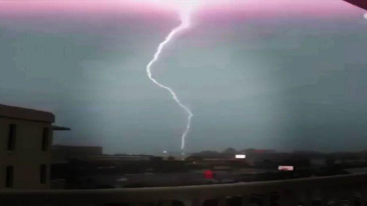 Blitzeinschlag Blitze in Zeitlupe Heftiges Naturschauspiel