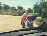 zu heiß mann fuhr nackt motorroller