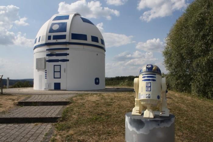 Professor verwandelt Observatorium in R2D2. R2D2 bewacht das Oberservatorium in Zweibrücken