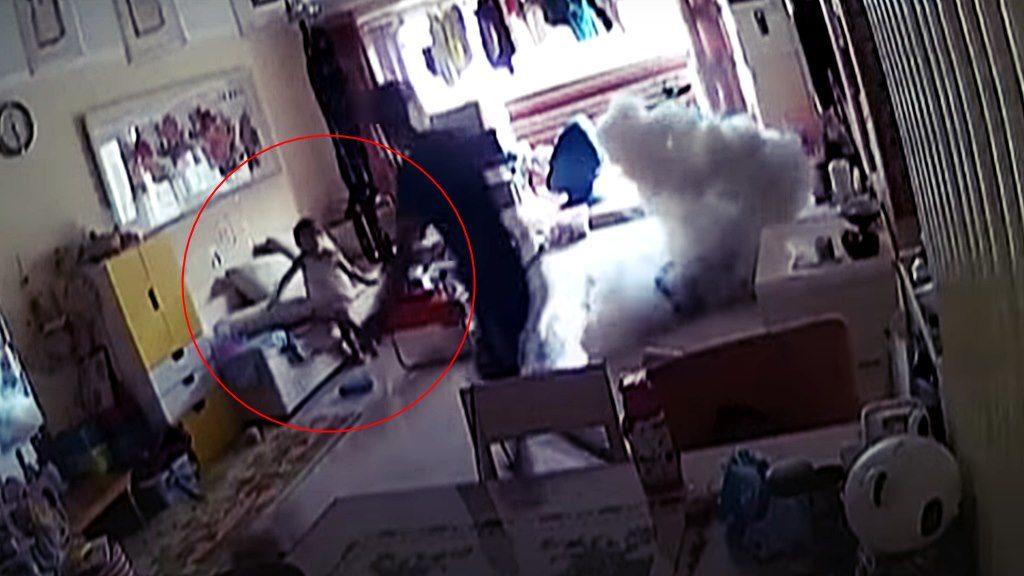 Elektro-Roller explodiert in Wohnzimmer mit einer gewalltigen Rauchwolke