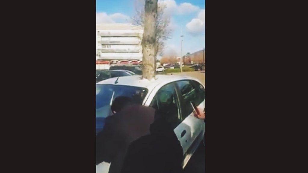 Baum steckt im Auto fest. Was ist da nur passiert ?