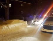 DeLorean DMC-12 aus Schnee gebaut und die Polizei in Kanada getrollt