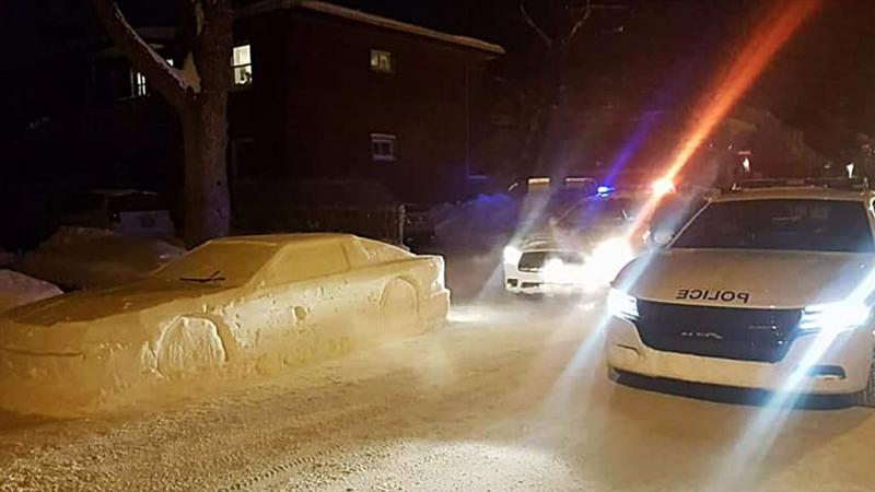 Mann baut DeLorean DMC-12 aus Schnee. Das Auto wirkte so echt dass ein Polizist ein Strafzettel schrieb
