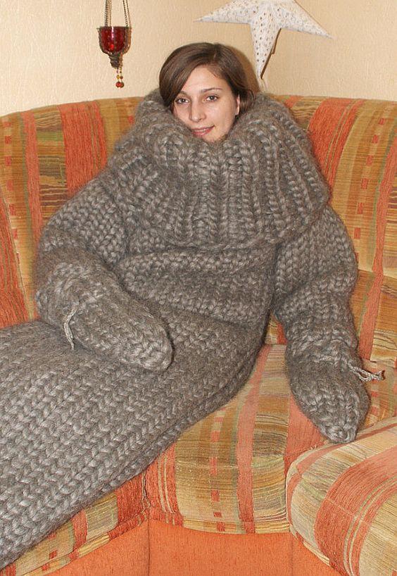Was gibt es schöneres als im Winter mit einem gestrickten Catsuit aus Wolle auf der Couch abzugammeln.